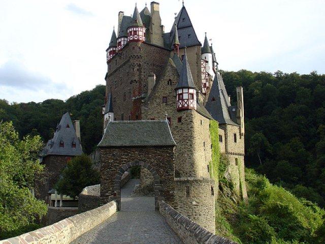 Где расположен рыцарский замок. Через ров был перекинут подъёмный