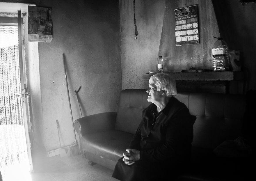 Povestile batranilor izolati, intr-un pictorial emotionant - Poza 2
