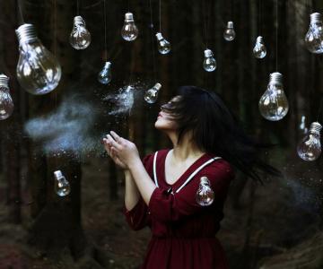 Autoportrete suprarealiste la 18 ani, de Xin Li
