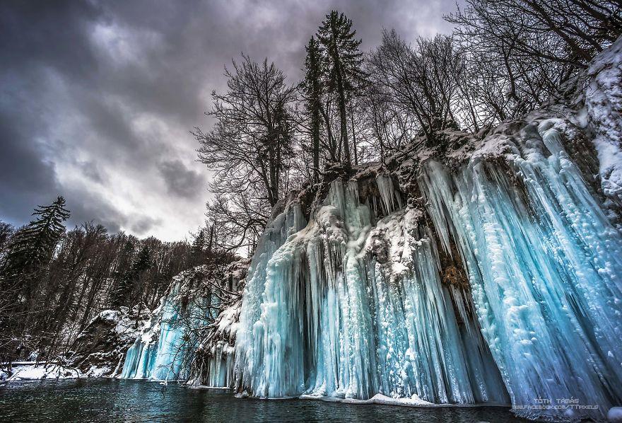 Splendoarea cascadelor inghetate din Croatia - Poza 2