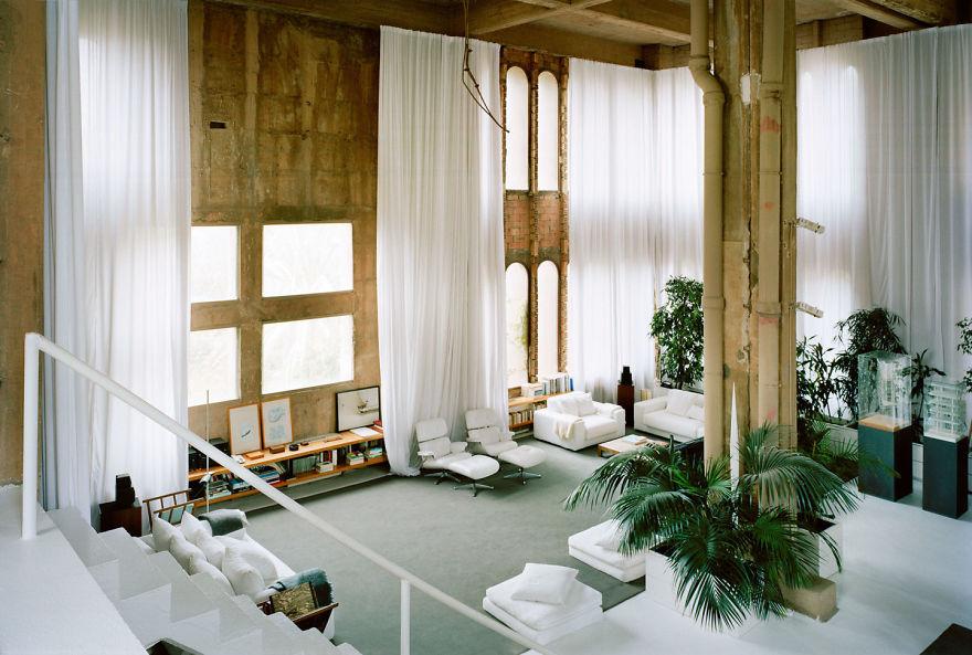 Un proiect maret: A transformat o fosta fabrica intr-o casa de vis - Poza 9
