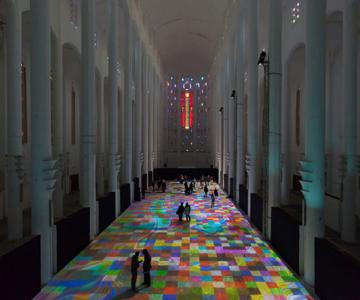 Covor de lumina si culori, intr-o fosta biserica