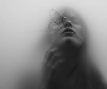 Fata fotografiata sub apa de Jacob Sutton