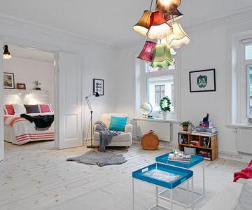 Un apartament ca un curcubeu pe fundal alb, in Suedia