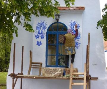 FOTO: O bunicuta picteaza cladirile din satul ei in motive traditional