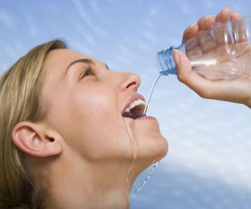 De tot rasul: Imagini ridicole cu femei atractive, incapabile sa bea