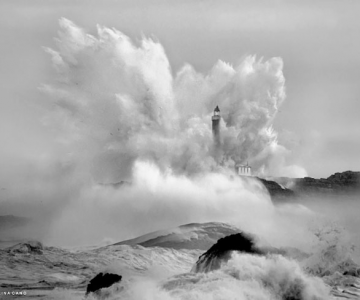 Oceanul din nordul Spaniei si farul