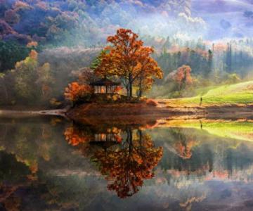 Peisaje superbe oglindite in apa