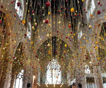 Gradini suspendate din tavan, de Rebecca Louise Law