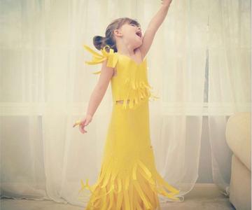 Designer de rochii din hartie la 4 ani