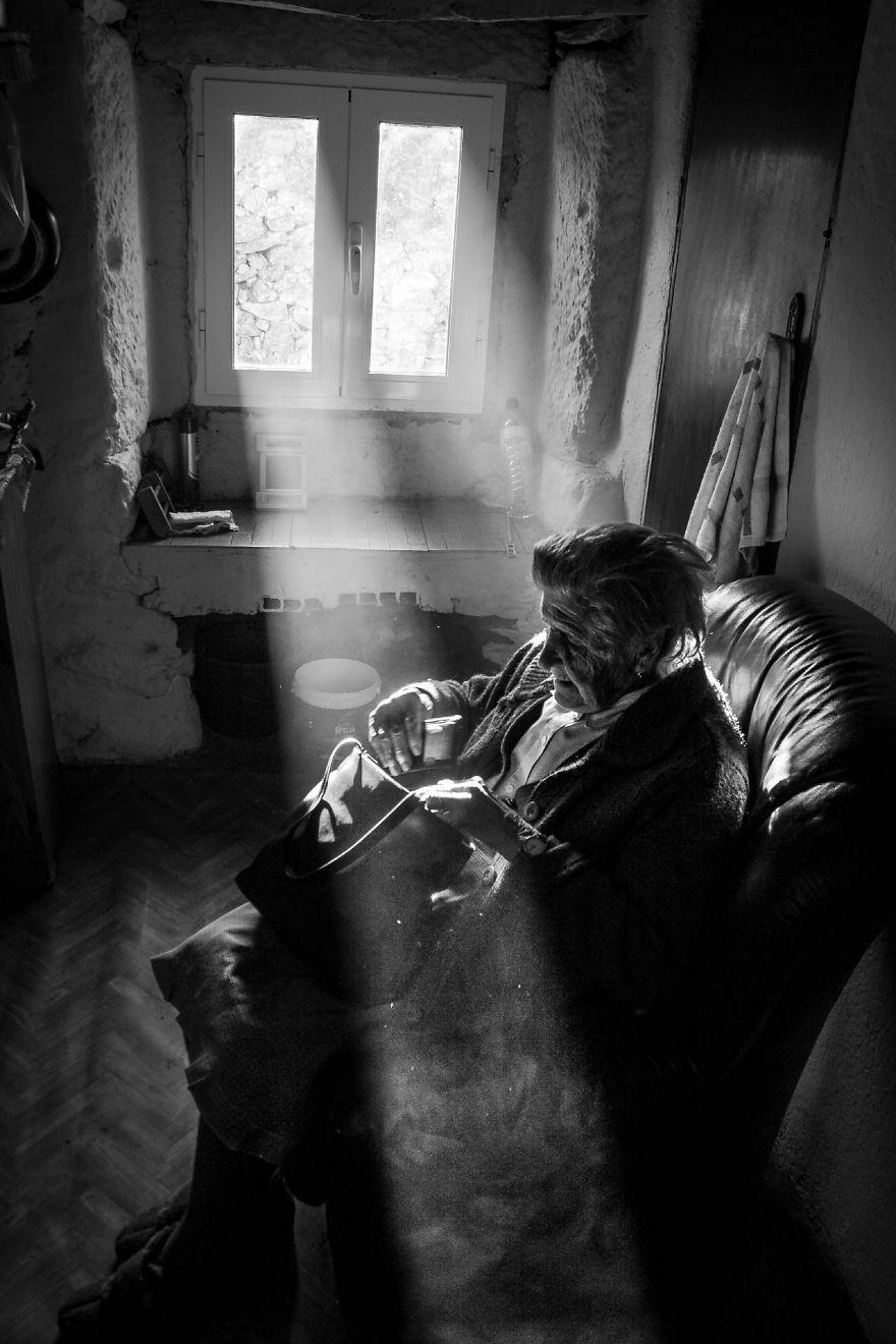 Povestile batranilor izolati, intr-un pictorial emotionant - Poza 9