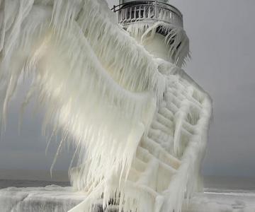 10 faruri inghetate pe malul Lacului Michigan