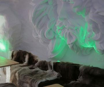 Hotelul de gheata cu chipuri sculptate in pereti