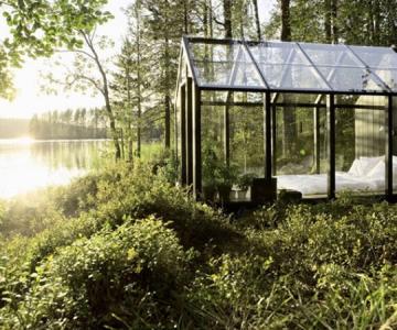 Cabana de gradina din sticla, cu priveliste la lac si padure