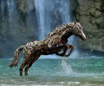 Cai in galop, sculptati din resturi de lemn