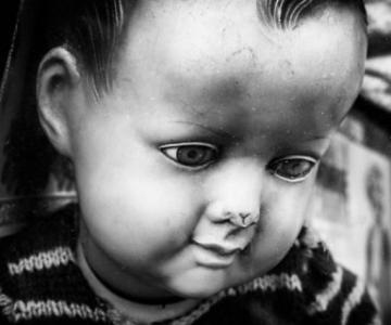 Tristetea unor papusi abandonate, in poze cenusii