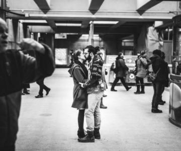Dragoste stradala: Momente romantice, pe strazile cenusii