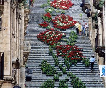 Festivaluri cu flori si lumini, pe o scara din Sicilia