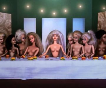 Barbie invadeaza picturi celebre pentru a readuce femeia in istoria ar
