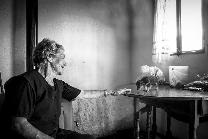 Povestile batranilor izolati, intr-un pictorial emotionant - Poza 8