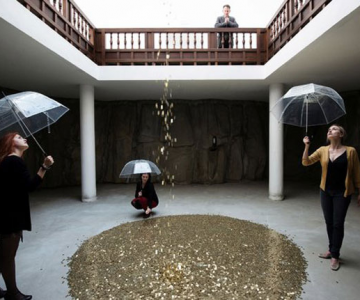 Ploua cu bani de aur la pavilionul Rusiei de la Bienala din Venetia
