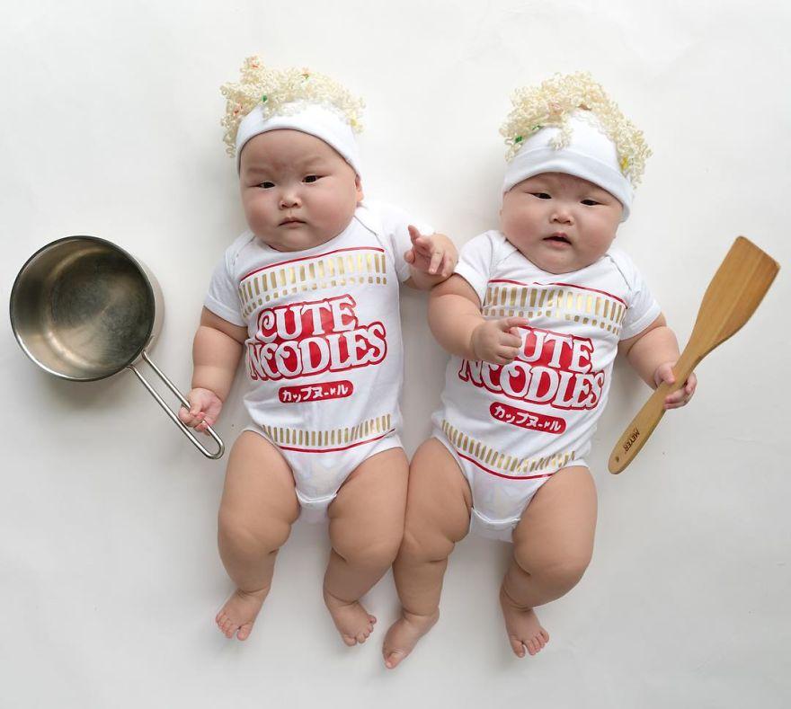 Doua surori dragalase, in costume haioase - Poza 4