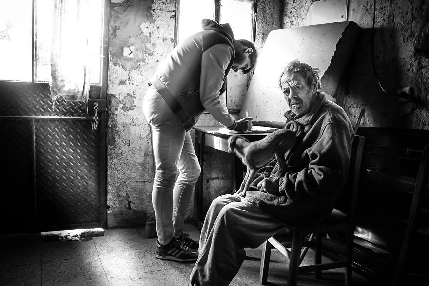 Povestile batranilor izolati, intr-un pictorial emotionant - Poza 7