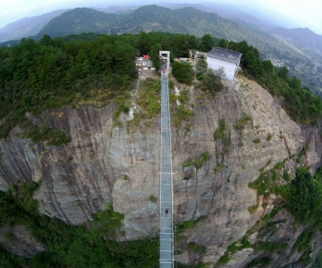 Deasupra muntilor, pe cel mai lung pod din sticla