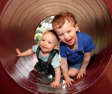 Studiile au dovedit: Fratii mai mici sunt mai amuzanti