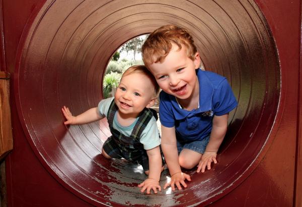 Studiile au dovedit: Fratii mai mici sunt mai amuzanti - Poza 1