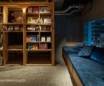 Locul in care dormi alaturi de carti, pe rafturi