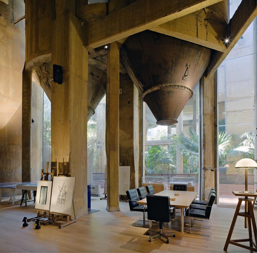 Un proiect maret: A transformat o fosta fabrica intr-o casa de vis - Poza 5