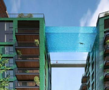 Plutind deasupra Londrei, in prima piscina suspendata, din sticla, din