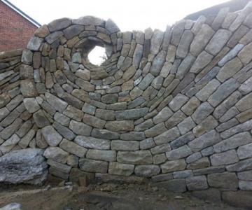 Fostul zidar care transforma piatra in arta