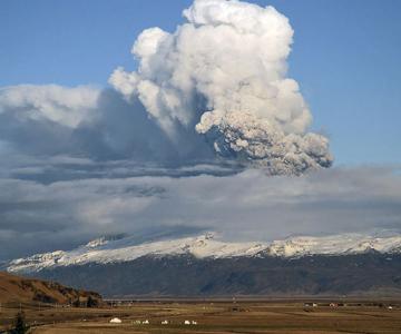 Fata nevazuta a eruptiei vulcanice din Islanda