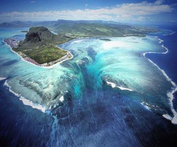 Iluzia unei cascade subacvatice, langa Mauritius