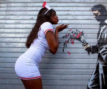 Fanii si arta lui Banksy interactioneaza pe strazile din New York