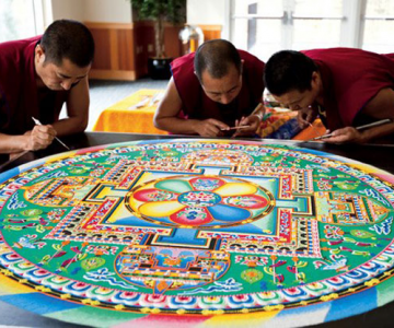 Calugarii tibetani creeaza mandale din nisip