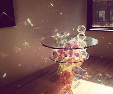 Masa din prisme-curcubeu, de John Foster