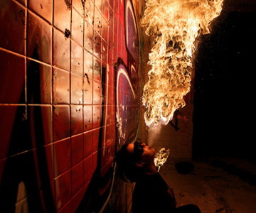 Cum se joaca Tom Lacoste cu focul