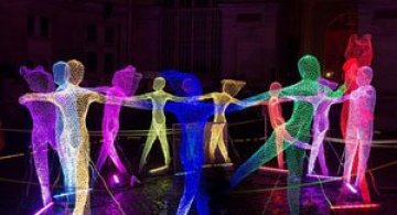 Elfii de lumina din noaptea alba a Parisului