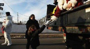Mos Craciun aduce cadouri sinistratilor