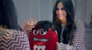 Video: O bomboana M&M indragostita