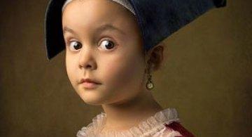 Tatal care si-a fotografiat fetita in stil de tablou clasic