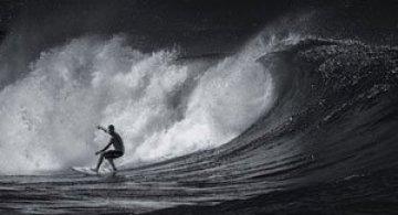 Surfing in alb si negru, de Toby Harriman