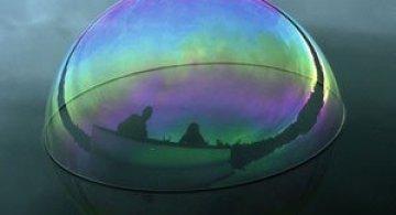 Siluete captive in bule de apa, de Julianne Swartz