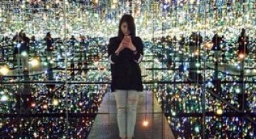 Instalatie cu oglinzi infinite, de Yayoi Kusama
