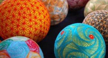Batrana de 92 de ani si globurile colorate