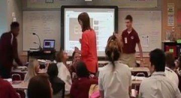 O clasa intreaga de elevi a ingenunchiat pentru a-i cere mana