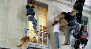 Iluzie vizuala: O cladire inalta si membrii unei familii atarnati la ferestre